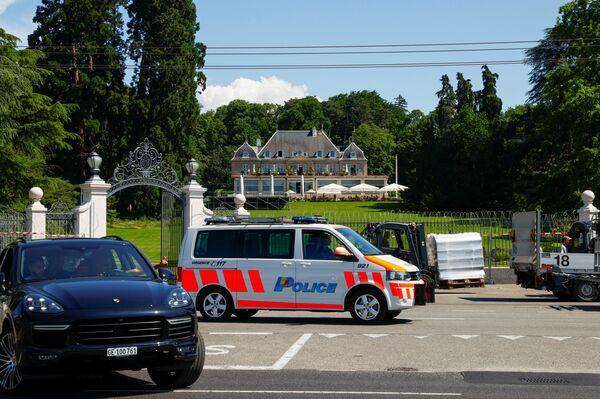 Перед виллой появляется все больше полицейских машин: перед саммитом в городе повысили безопасность. - Sputnik Таджикистан