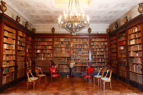 Огромная библиотека в особняке, созданная Гийомом Фавром, считается одной из достопримечательностей Женевы. - Sputnik Таджикистан