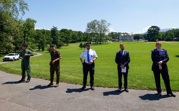 Представители швейцарской армии и полиции проводят пресс-конференцию недалеко от виллы Ла Гранж. - Sputnik Таджикистан