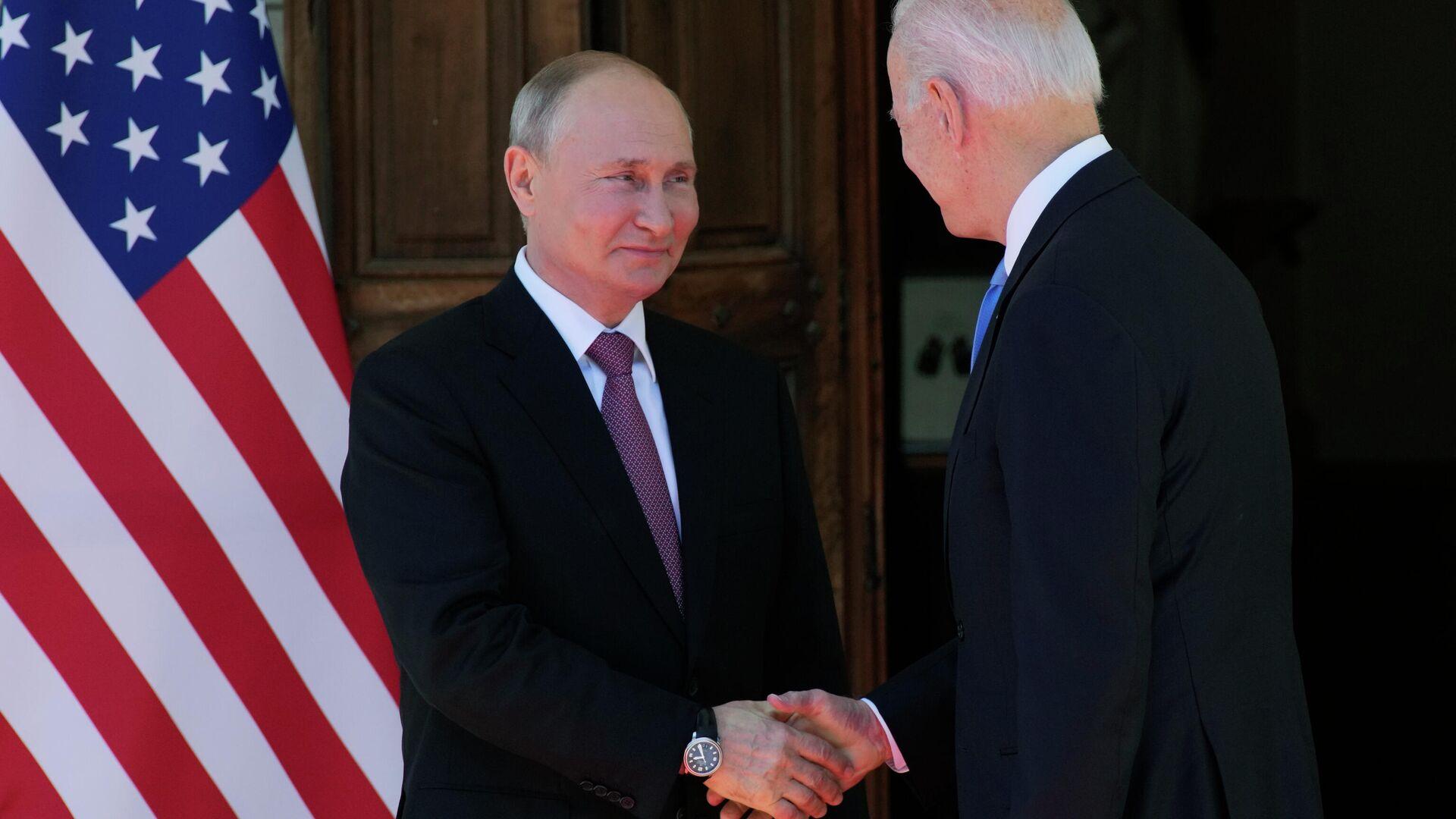 Рукопожатие президента России Владимира Путина и президента США Джо Байдена - Sputnik Таджикистан, 1920, 09.09.2021