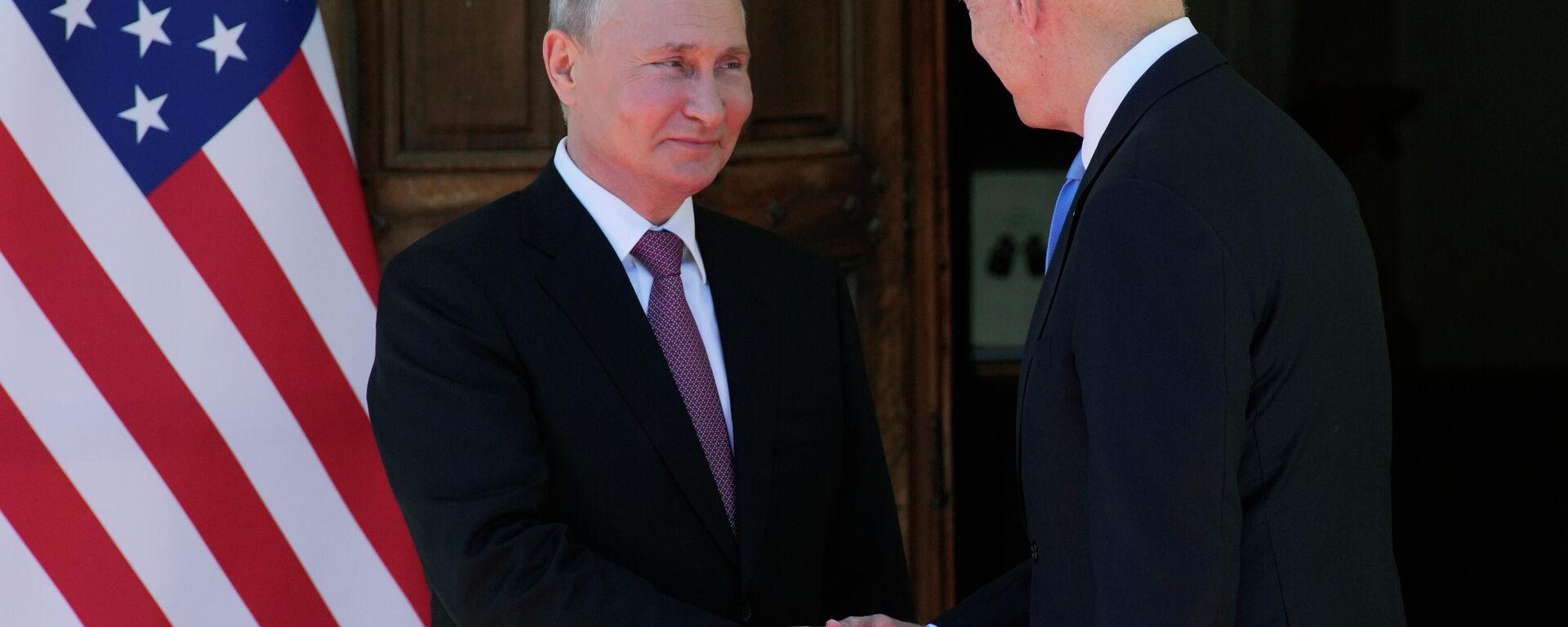 Рукопожатие президента России Владимира Путина и президента США Джо Байдена - Sputnik Таджикистан, 1920, 29.06.2021