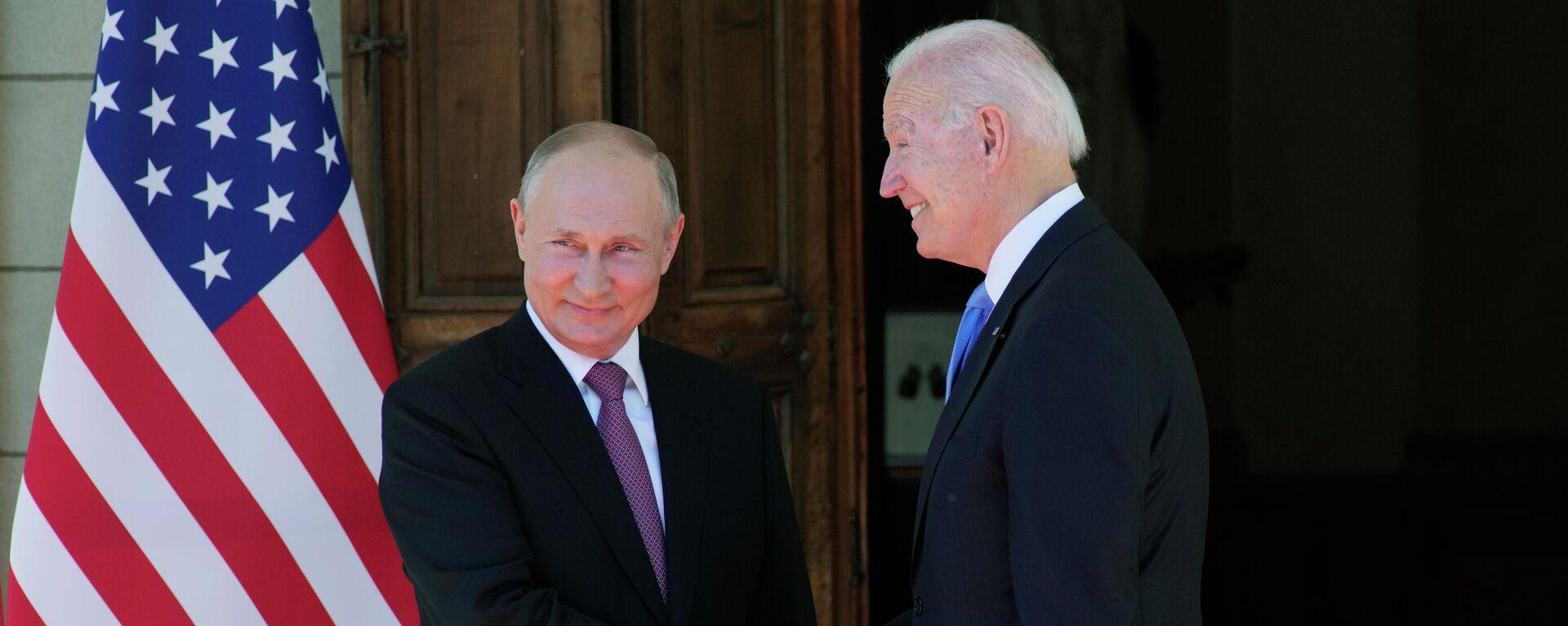 Рукопожатие президента России Владимира Путина и президента США Джо Байдена - Sputnik Таджикистан, 1920, 16.06.2021