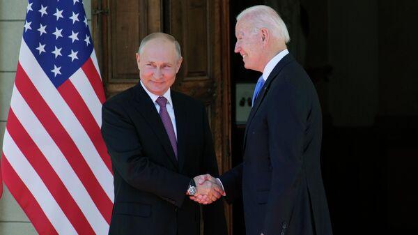 Рукопожатие президента России Владимира Путина и президента США Джо Байдена - Sputnik Таджикистан
