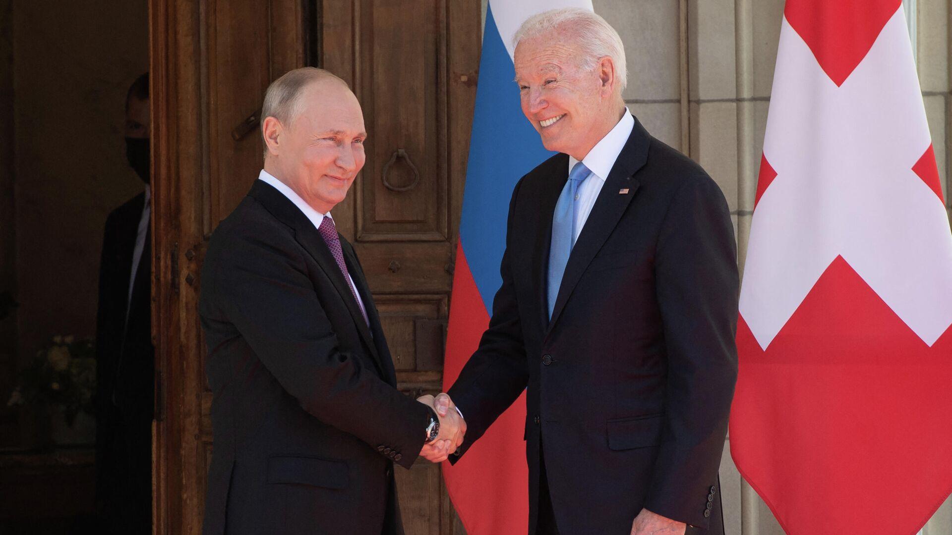 Президент США Джо Байден (справа) и президент России Владимир Путин - Sputnik Таджикистан, 1920, 18.06.2021