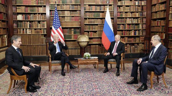 осударственный секретарь США Энтони Блинкен (слева), президент США Джо Байден (второй слева), президент России Владимир Путин (второй справа) и министр иностранных дел России Сергей Лавров (справа) - Sputnik Таджикистан