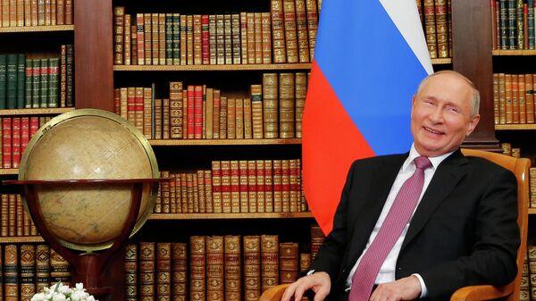Реакция президента России Владимира Путина во время встречи на высшем уровне США и России с президентом США Джо Байденом - Sputnik Таджикистан