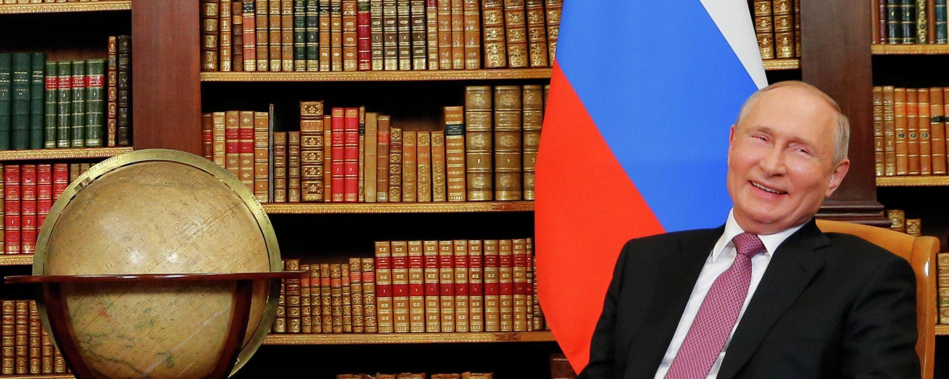 Реакция президента России Владимира Путина во время встречи на высшем уровне США и России с президентом США Джо Байденом - Sputnik Таджикистан, 1920, 18.06.2021