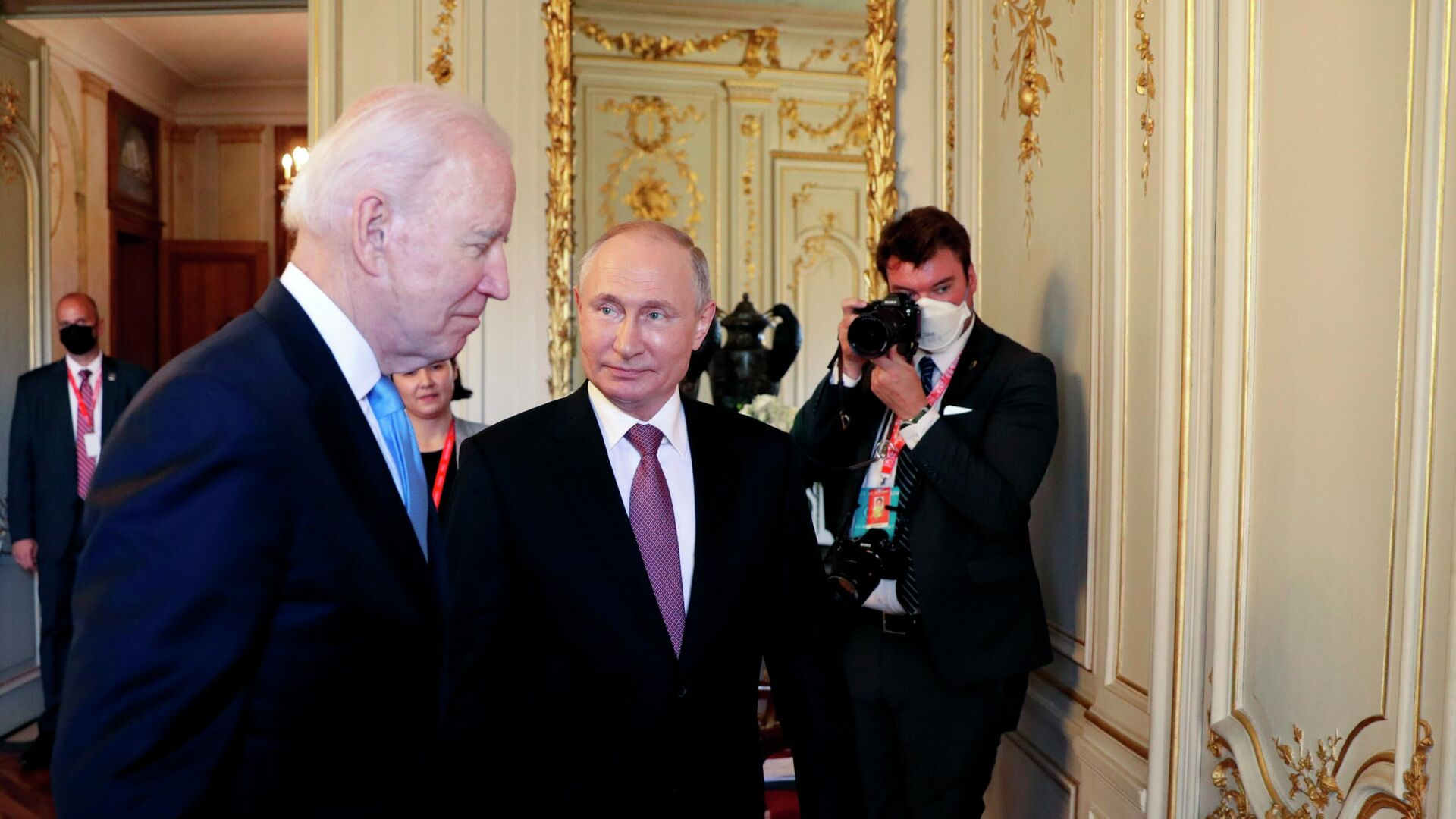 Президент РФ Владимир Путин и президент США Джо Байден (слева) - Sputnik Таджикистан, 1920, 20.09.2021