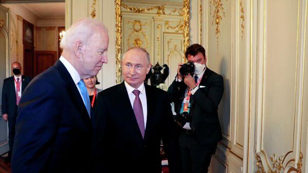 Президент РФ Владимир Путин и президент США Джо Байден (слева) - Sputnik Таджикистан
