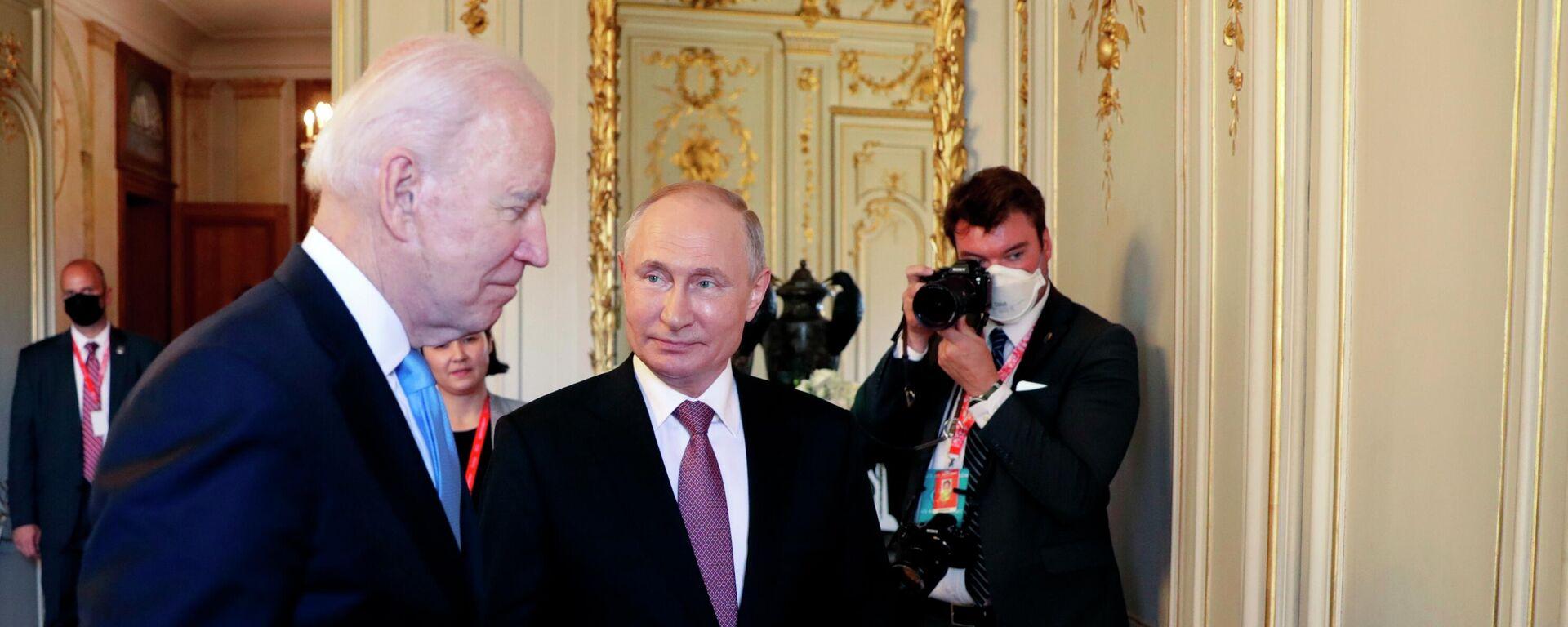 Президент РФ Владимир Путин и президент США Джо Байден (слева) - Sputnik Таджикистан, 1920, 13.07.2021