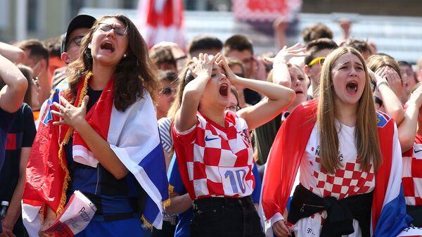 Болельщики в Загребе смотрят матч Евро - 2020 Англия-Хорватия - Sputnik Таджикистан