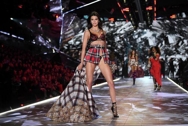 Длинноногие стройные красавицы демонстрируют зрителям продукцию бренда. Кендал Дженнер на показе Victoria's Secret в 2018 году в Нью-Йорке. - Sputnik Таджикистан
