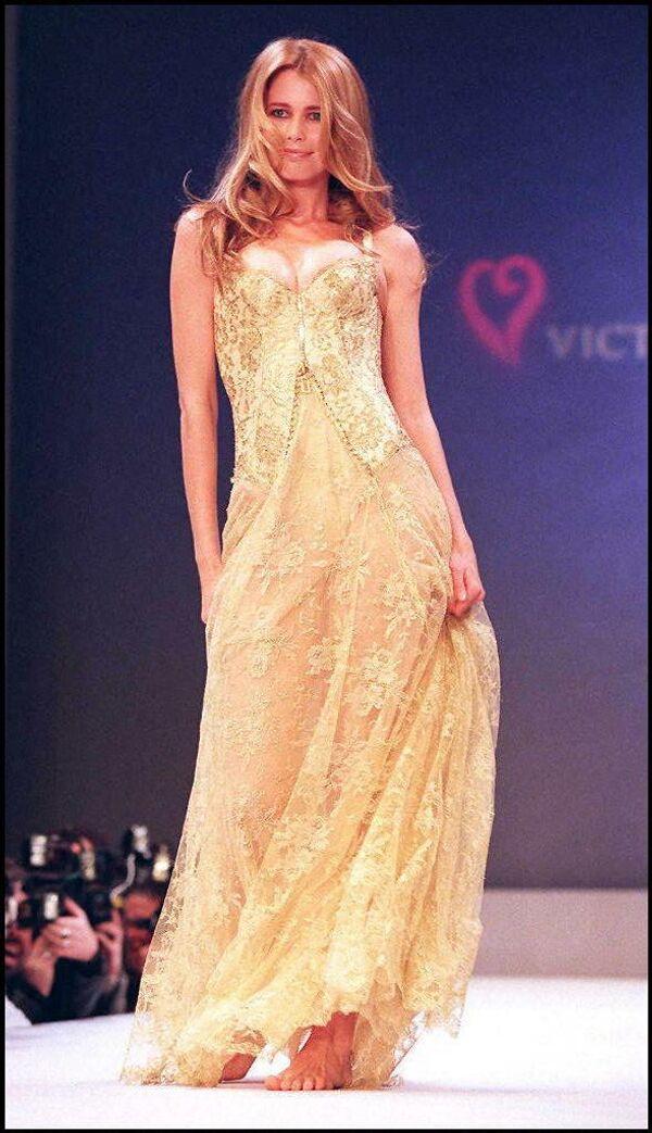 """""""Ангелами"""" Victoria's Secret в разное время были такие знаменитые модели с мировым именем, как Алессандра Амбросио, Жизель Бундхен, Адриана Лима, Хайди Клум и Клаудия Шиффер.Клаудия Шиффер на показе бренда в Нью-Йорке в 1997 году. - Sputnik Таджикистан"""