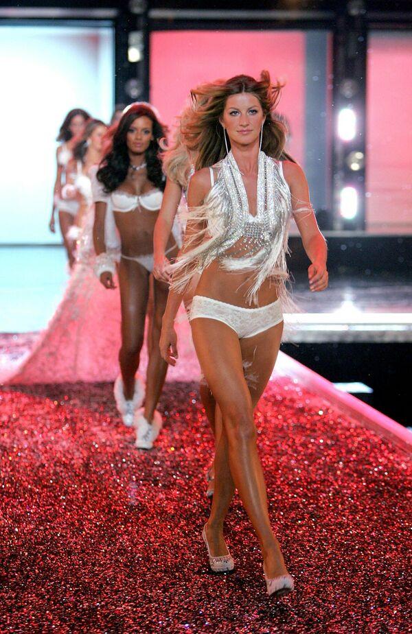 Показ Victoria's Secret - самое популярное фешен-шоу в мире. Жизель Бюндхен в Голливуде в 2006 году. - Sputnik Таджикистан