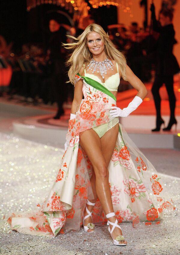 """За прошедшие годы только 40 девушек удостоились звания """"ангела"""" Victoria's Secret.Хайди Клум на подиуме в Майами в 2008 году. - Sputnik Таджикистан"""