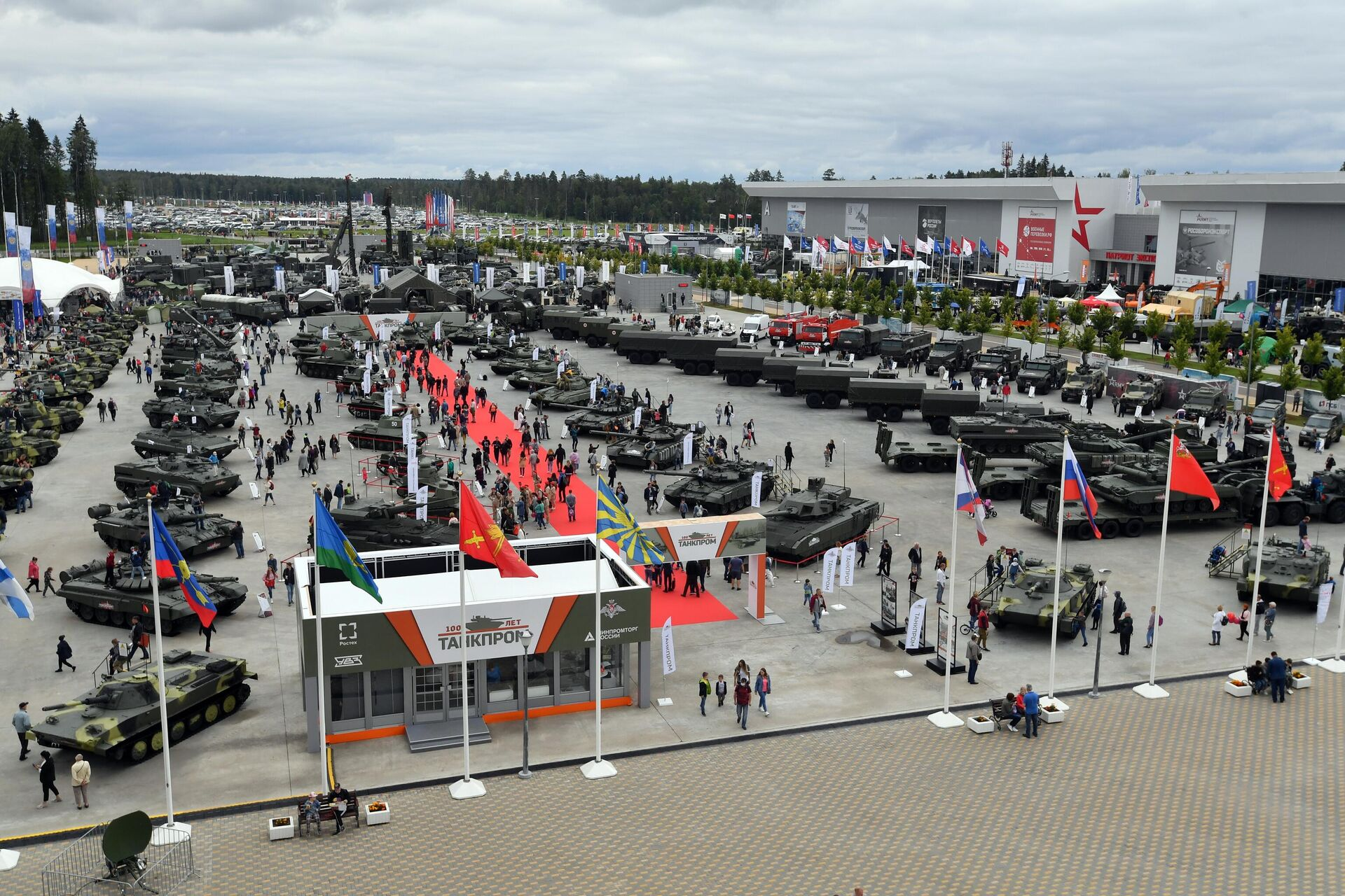 Посетители на выставке вооружений Международного военно-технического форума (МВТФ) Армия-2020, архивное фото - Sputnik Таджикистан, 1920, 18.06.2021