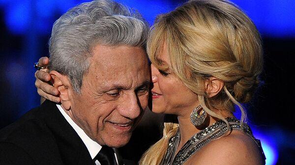 Певица Шакира обнимает своего отца Уильяма Мебарака во время мероприятия «Человек года» Латинской академии звукозаписи 2011 года - Sputnik Тоҷикистон