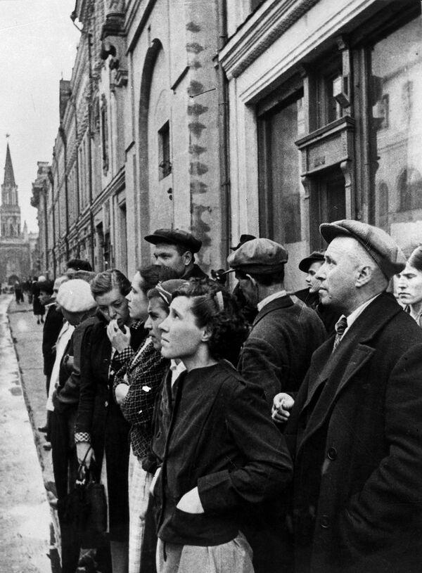 Жители Москвы 22 июня 1941 года во время объявления по радио правительственного сообщения о вероломном нападении фашистской Германии на Советский Союз. - Sputnik Таджикистан