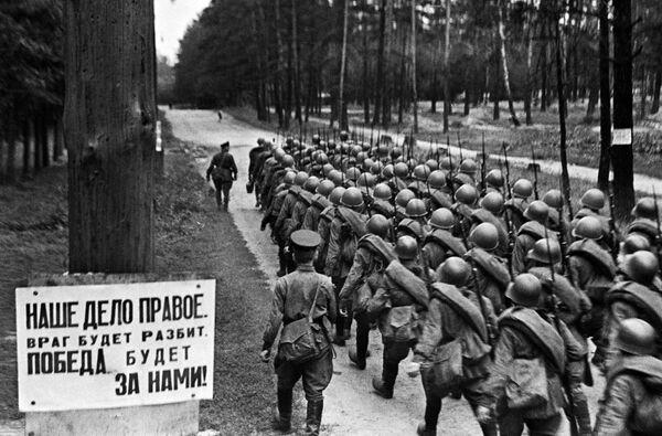 Была объявлена срочная мобилизация. Колонны бойцов движутся на фронт. Москва, 23 июня 1941 года. - Sputnik Таджикистан