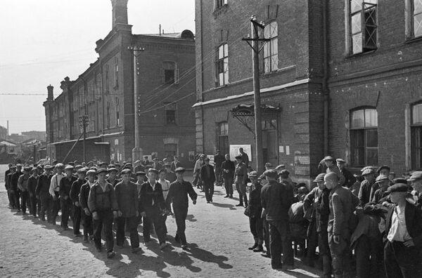 На войну отправлялись и опытные бойцы, и совсем молодые ребята. Москва, 23 июня 1941 года. - Sputnik Таджикистан