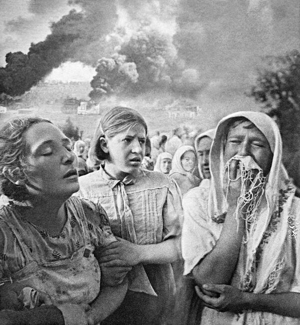 Эвакуированные женщины. На фоне - горящее село Грушки. 23 июня 1941 года, Украина. - Sputnik Таджикистан