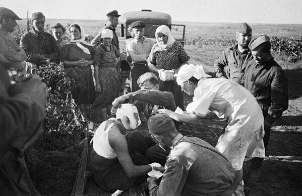 Медсестры оказывают помощь первым раненым после воздушного налета фашистов под Кишиневом. - Sputnik Таджикистан