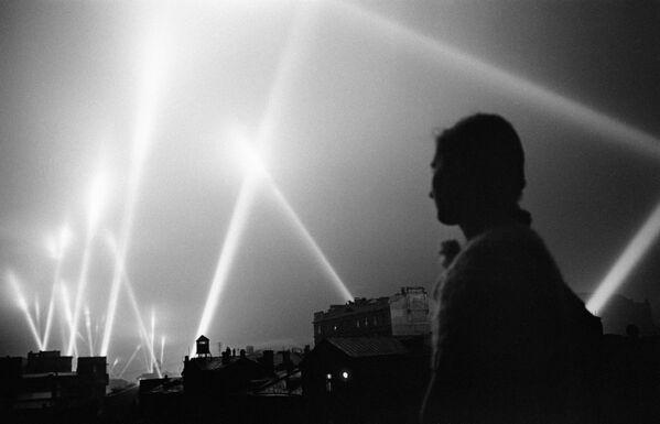 Для защиты от атаки с воздуха включались лучи прожекторов войск ПВО, которые освещали небо Москвы. - Sputnik Таджикистан