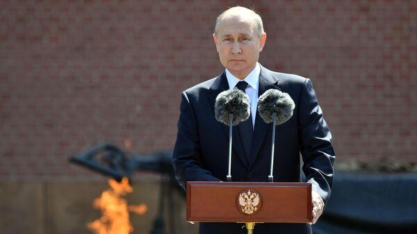 Президент РФ В. Путин принял участие в церемонии возложения венков к Могиле Неизвестного Солдата - Sputnik Таджикистан