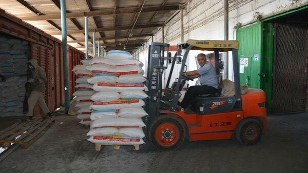 Казахстан предоставил Таджикистану 10 тысяч тонн гуманитарной помощи - Sputnik Таджикистан