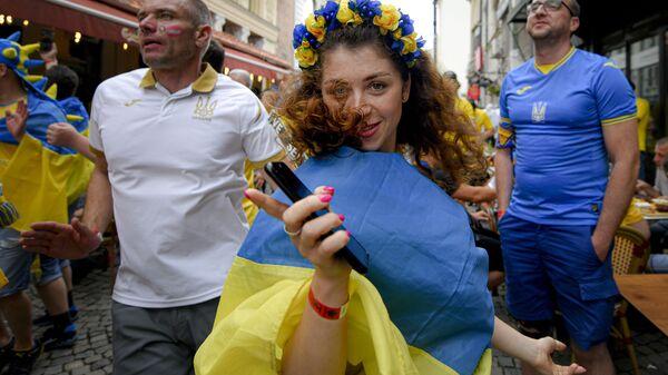 Украинские болельщики танцуют перед матчем чемпионата Европы в Бухаресте  - Sputnik Таджикистан