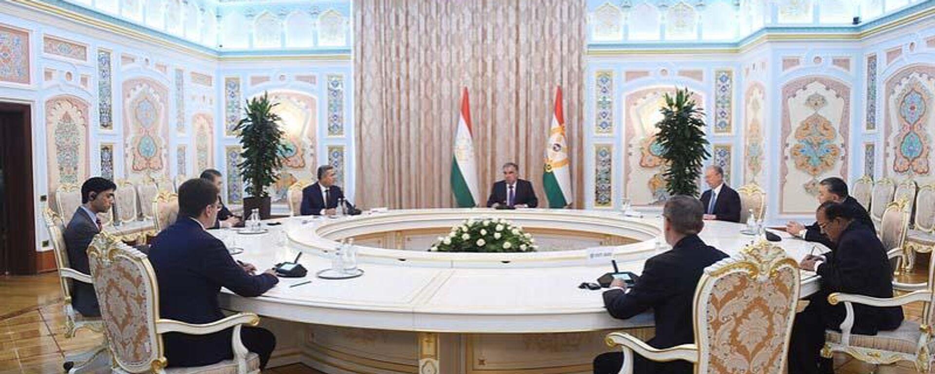 Президент Республики Таджикистан Эмомали Рахмон провел встречу с главами делегаций - Sputnik Таджикистан, 1920, 23.06.2021
