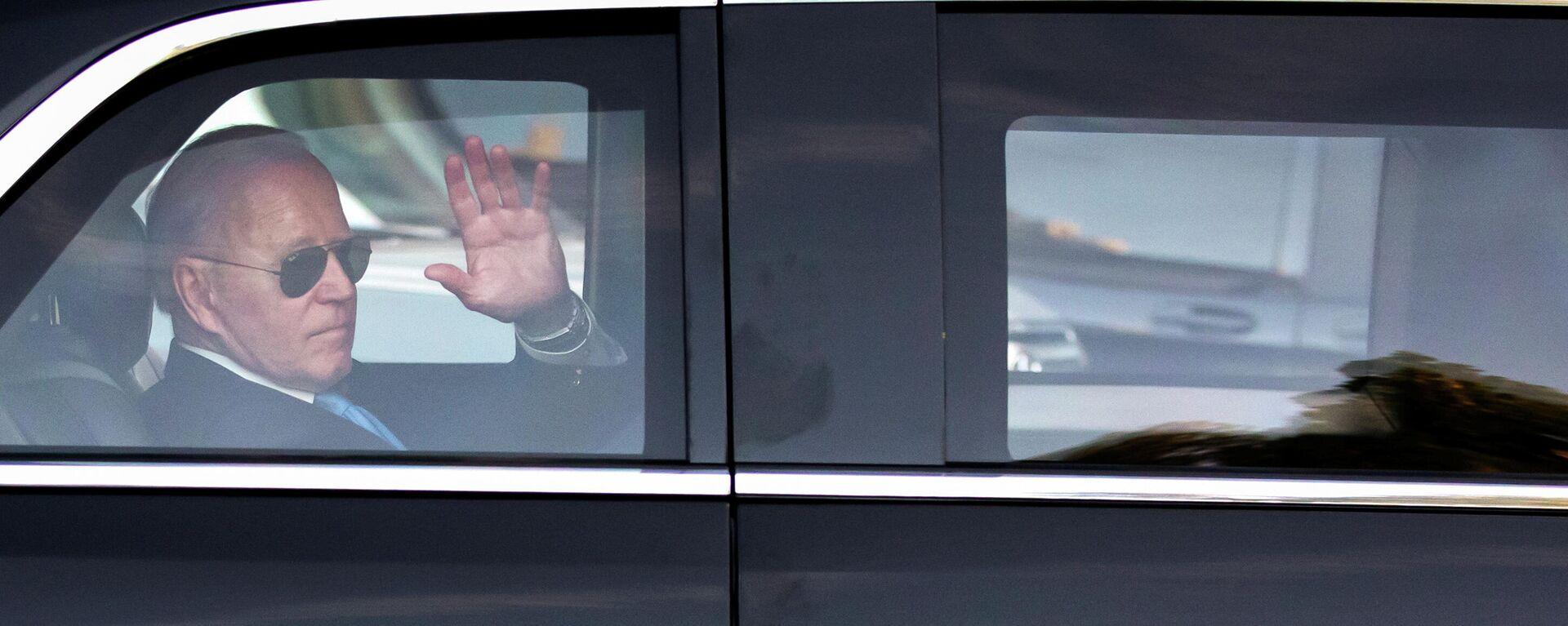 Президент США Джо Байден машет рукой в машине - Sputnik Таджикистан, 1920, 07.10.2021
