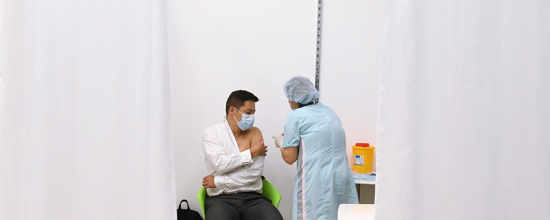 Вакцинация от COVID-19 в торговом центре в Новосибирске - Sputnik Таджикистан, 1920, 24.06.2021
