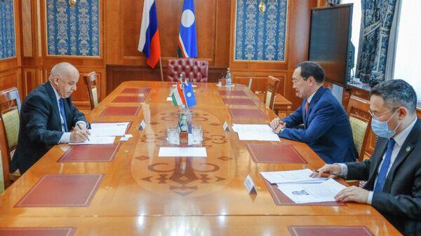 Глава Якутии Айсен Николаев 24 июня провёл рабочую встречу с генеральным консулом Республики Таджикистан в городе Новосибирске Давлатходжой Ятимом - Sputnik Таджикистан