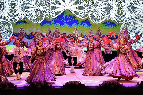 На сцену Театра оперы и балета имени Айни в Душанбе вышли 54 российских артиста. - Sputnik Таджикистан