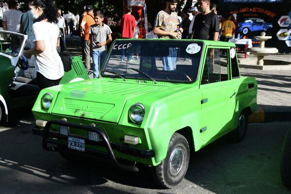 А еще в Душанбе можно было увидеть двухместный четырехколёсный автомобиль-мотоколяску СМЗ С-3Д: большинство из них сохранились только в гаражах коллекционеров. - Sputnik Таджикистан