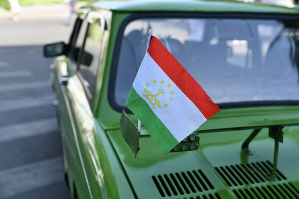 Многие автолюбители украшали машины флагами Таджикистана. - Sputnik Таджикистан