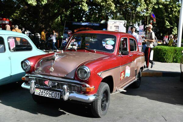 А для ценителей на фестиваль приехал легендарный ГАЗ-21 Волга. - Sputnik Таджикистан