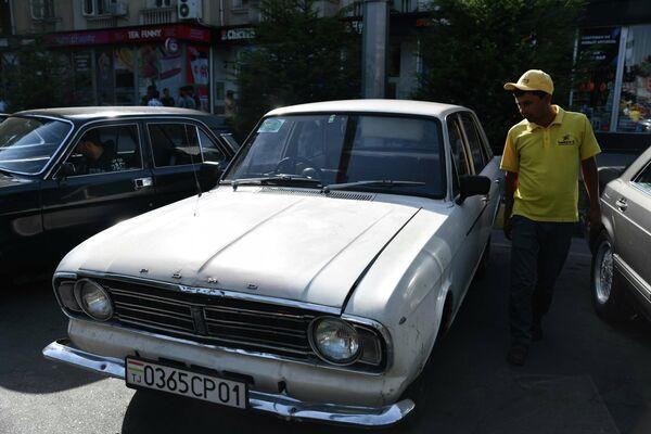 Среди ретроавтомобилей можно было заметить раритетный Ford. - Sputnik Таджикистан