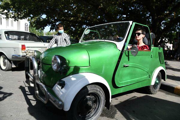А девушки устраивали возле крутых винтажных авто целые фотосессии. - Sputnik Таджикистан