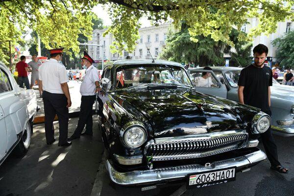 И атмосферу создавали не только раритетные автомобили, но и ретромузыка. - Sputnik Таджикистан