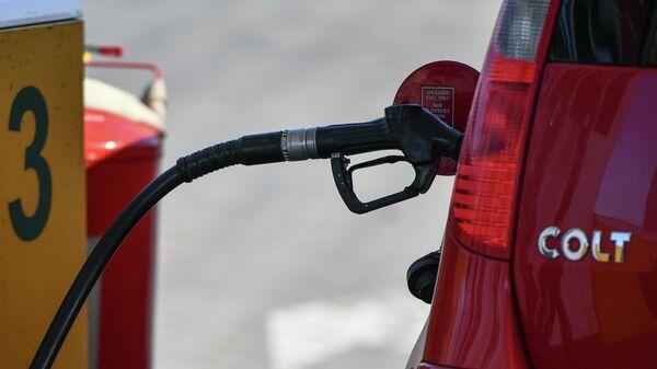 Заправка бензином автомобиля на автозаправочной станции АЗС  - Sputnik Таджикистан