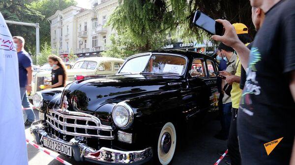 В Душанбе состоялся традиционный фестиваль - выставка коллекционных ретроавтомобилей  - Sputnik Таджикистан