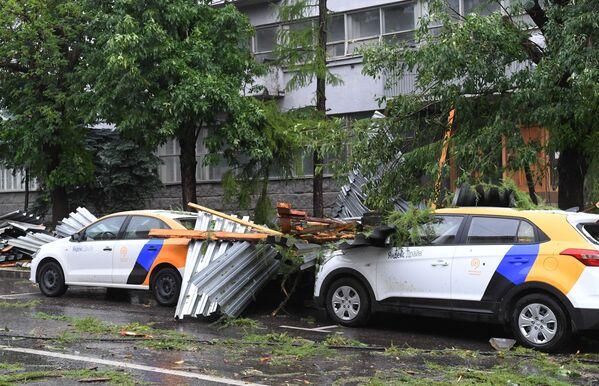 На улице Правды в Москве из-за сильного ветра обрушилась крыша нежилого здания, которая упала на стоящие рядом автомобили. - Sputnik Таджикистан