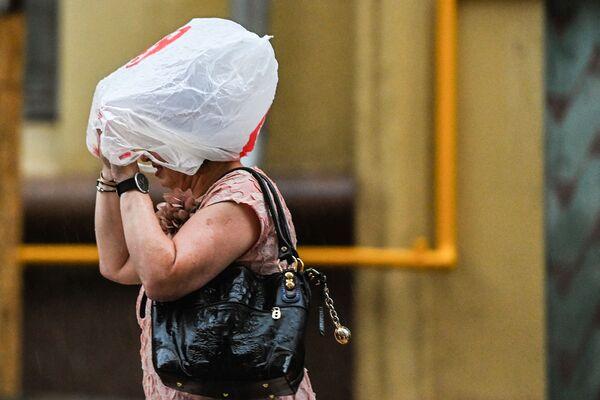 Люди, которые оказались в этот момент на улице, за несколько минут становились мокрыми, не спасали даже зонты.  - Sputnik Таджикистан