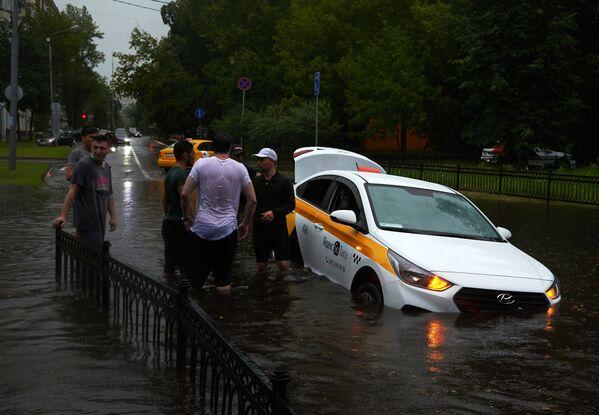 На дорогах парализованными оказался общественный транспорт и множественные такси.  - Sputnik Таджикистан