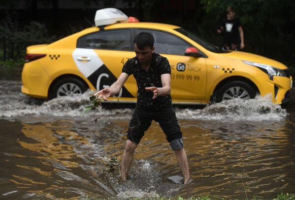 Городские службы Москвы приступили к устранению последствий непогоды, которая обрушилась на город в середине дня. - Sputnik Таджикистан