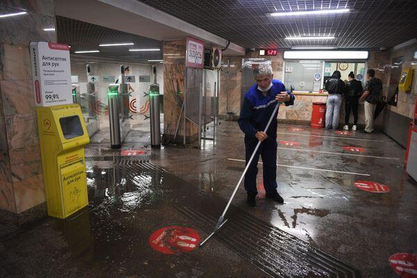 Пострадало и московское метро. Из-за дождя затопило сразу несколько входов на разных станциях. В этот момент движение поездов было остановлено. - Sputnik Таджикистан