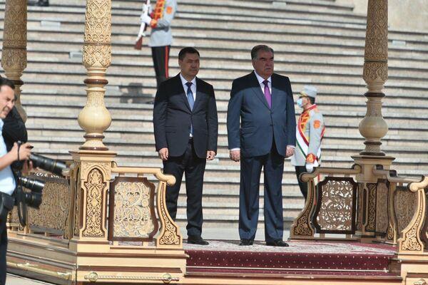Затем лидеры Кыргызстана и Таджикистана заслушали приветственный рапорт. - Sputnik Таджикистан