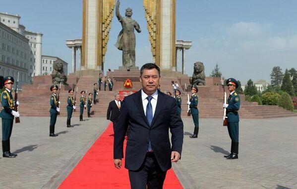 Визит Жапарова в Таджикистан начался с посещения площади Исмоила Сомони в Душанбе. - Sputnik Таджикистан